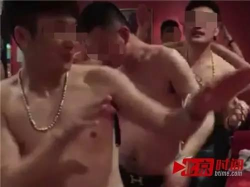 朱志强(左一)曾经和朋友们在KTV包厢狂欢 图/北京时间 尹志艳