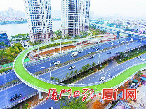 云顶路与仙岳路交叉口附近的空中自行车道。(本报记者张奇辉航拍器摄)