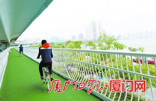镂空的护栏对骑行者的视野不会造成太大影响。(本报记者张奇辉摄)