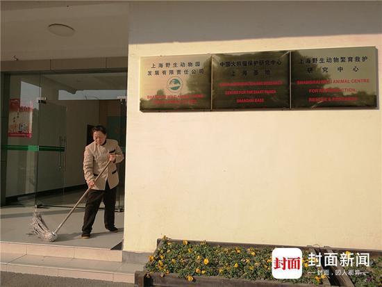 上野园公司门口墙上的三块牌子。