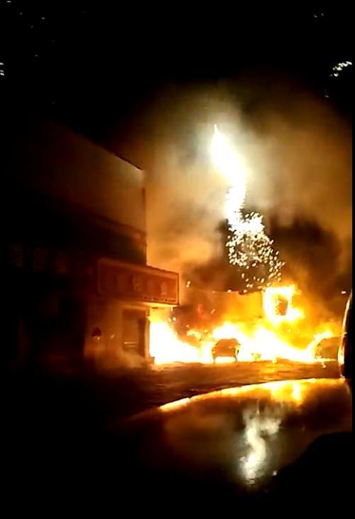 湖南岳阳一处市场发生烟花爆炸 有人员被困