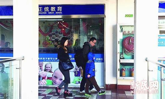 父母正带着孩子赶往培训机构。李铭坤 摄