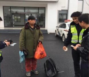 交警和免费站的工作职员一路买了票,帮他坐上了回家的车。