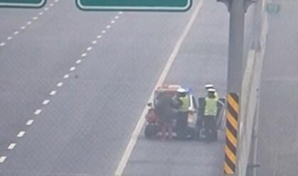 骑车须眉高速路上被交警拦下