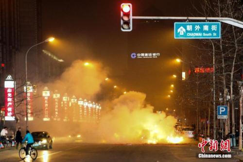资料图:北京朝阳区一处鞭炮燃放后在空气中形成重重烟雾。中新社发 张浩 摄