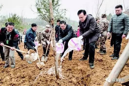 (贵州省领导与干部群众一起义务植树)