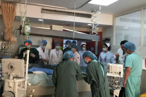 """""""医院将调集耳鼻喉科、呼吸科、骨科等相关科室专家,全力抢救患者。""""浙二医务部朱永斌副主任说。"""