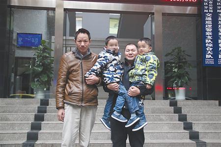 昨日,秦先生带着双胞胎儿子到渝北交巡警支队,向协勤队员胡永兵致谢。