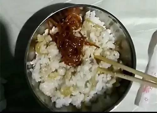 学生们的饭菜