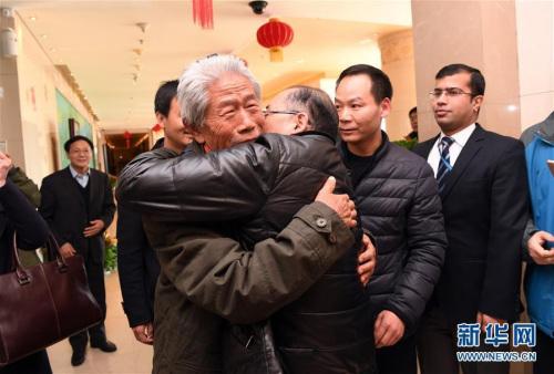 2月11日,在北京首都国际机场,王琪老人与前来迎接他的侄子拥抱。新华社记者 金良快 摄 图片来源:新华网