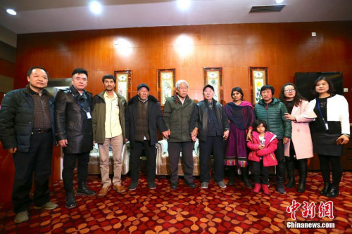 2月11日,滞留印度54年的中国老兵王琪抵陕,与亲友合影。 张远 摄