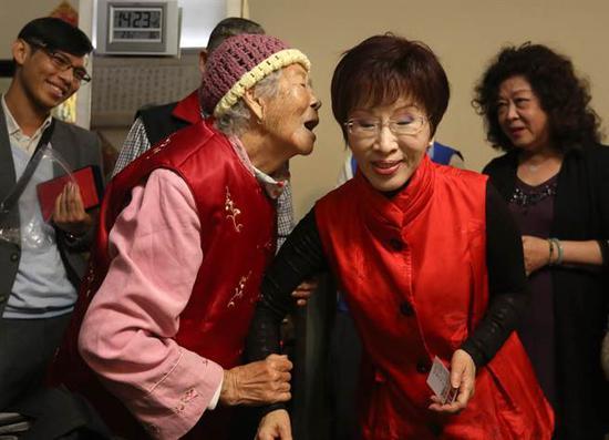 王奶奶拉着洪秀柱表示民进党追杀国民党产很不要脸,洪秀柱侧身倾听