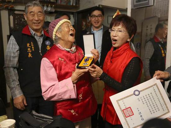 国民党主席洪秀柱(前排右)颁赠华夏三等奖章和奖状感谢94岁老奶奶赵王秀琴(前排左)捐助党费,令她笑开怀