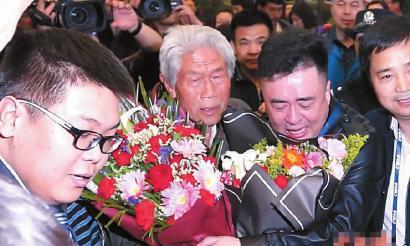 昨日,王琪在亲人的陪伴下走出西安咸阳国际机场