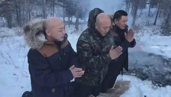 踏过齐脚踝深的白雪,孙宝东、孙宝国、孙宝民三兄弟跪在母亲墓前。8年牢狱生活后,他们与母亲已是阴阳两隔。(图片由孙宝东家人提供)