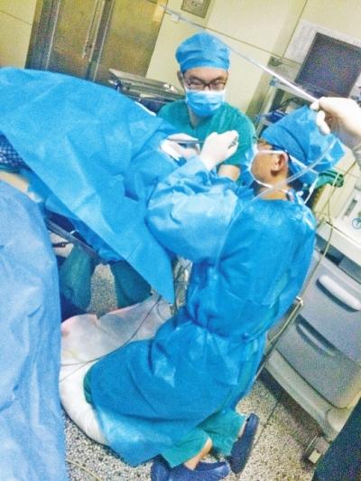 孙医生跪着做手术 医院供图