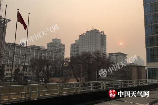 14日下午,北京持续重度污染,能见度不佳。