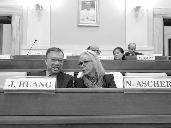 在梵蒂冈反器官贩卖峰会会场,黄洁夫与世界器官移植协会主席交谈。