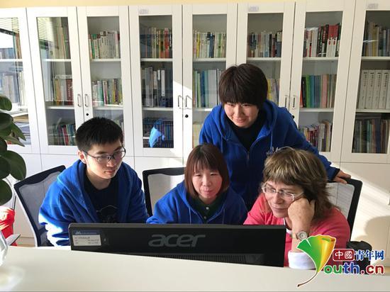 刘美与同事和专家一起工作。本人供图