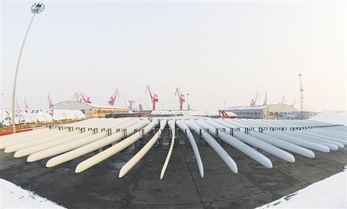 2月1日,一批国产风电叶片在江苏连云港港口码头集结等待装船出口。耿玉和摄