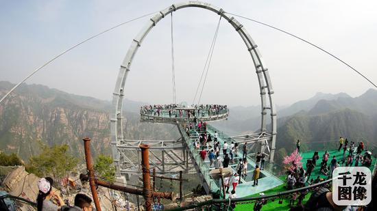 平谷石林峡景区最高点钛合金UFO飞碟玻璃观景台上观光的游客(2016年4月30日摄)。千龙网记者 王结石摄
