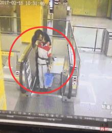 明显看到保洁员被这突如其来的一吻吓懵了