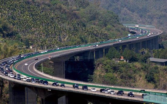 台湾一辆满载39名大陆游客的游览车在高速路发生车尾冒烟状况。(图片来源:台湾《联合报》)