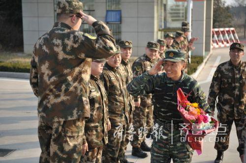 王立强回到部队受到官兵们欢迎