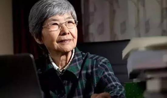 樊锦诗,敦煌研究院第三任院长。出生上海,北大毕业,这个江南姑娘在最青葱的岁月选择来到大漠深处,爬进黑黢黢的洞窟。