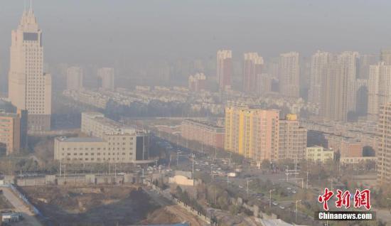 资料图:2016年12月4日,河北省气象台在不同时段分别发布了大雾红色预警信号和霾红色预警信号。 中新社记者 翟羽佳 摄