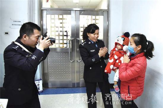 2月18日,德州夏津县公安局开辟特殊群体绿色通道,赴京为小欣儒办理护照,助其出国治疗。齐鲁晚报·齐鲁壹点记者马志勇 摄