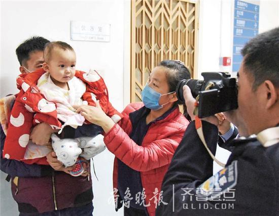 18日上午,夏津民警专赴北京市儿童医院,为急需出国治疗的李欣儒拍摄照片,办理护照。齐鲁晚报·齐鲁壹点记者马志勇 摄