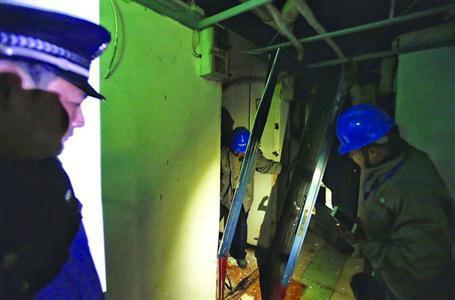 昨日,虹口区强行拆除这一位于地下的规模性租赁房。 /晨报记者 殷立勤