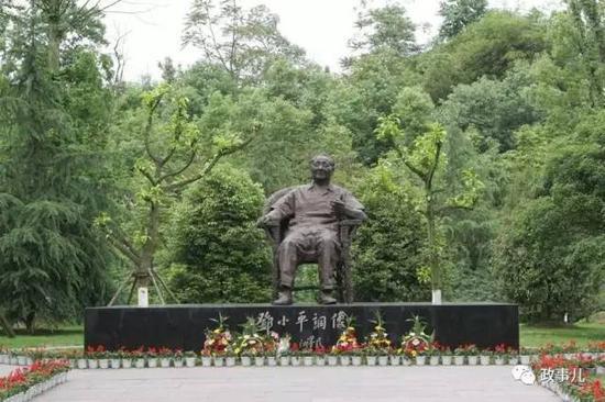 图:邓小平故里的邓小平铜像,2004年8月,时任中共中央总书记、国家主席胡锦涛为铜像揭幕。