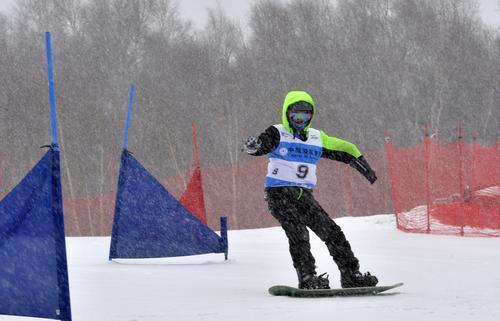 河北省残疾人高山、单板滑雪锦标赛正在雪中举行。耿辉摄