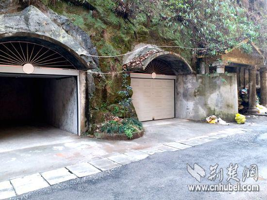 小区沿坡一排挖开的山洞多被业主改造成车库。特约记者 谭桂林 摄