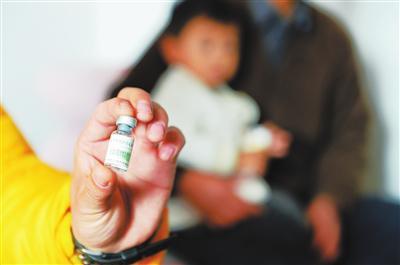 西固区一社区卫生服务站给一名幼儿注射了过期甲肝疫苗(画圈处)