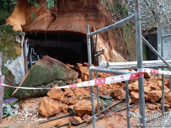 发生塌方事故的山洞。特约记者 谭桂林 摄