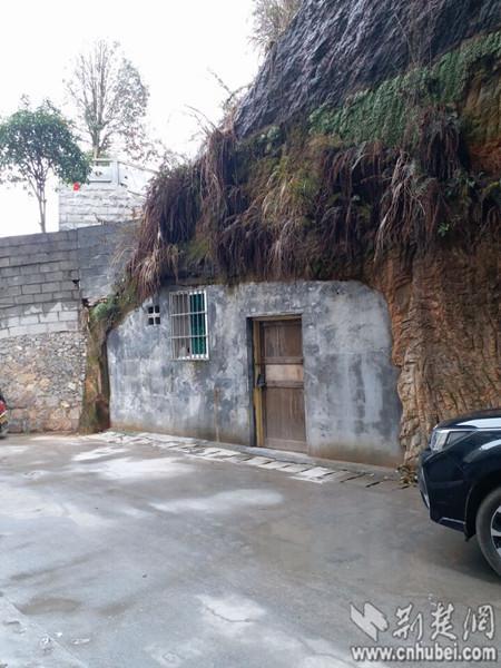 有的山洞被改造成仓库。特约记者 谭桂林 摄