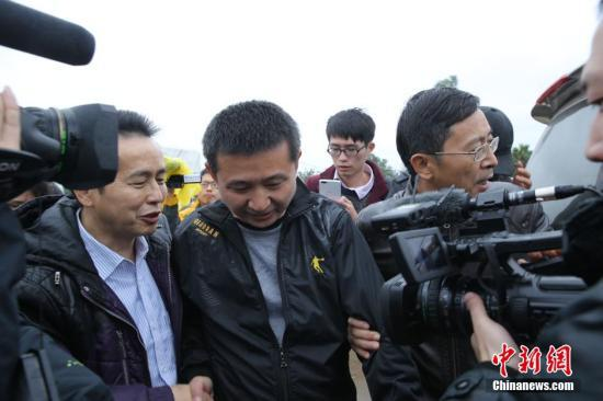 资料图:2016年2月1日,浙江省高级人民法院依法对陈满故意杀人、放火再审案公开宣判,撤销原审裁判,宣告陈满无罪。 图片来源:视觉中国