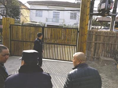 """昨天上午,警方来到""""四川开建网络科技有限公司""""在三圣乡的办公地点查看"""