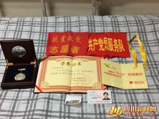 史业宽当志愿者时获得的证书、奖章等物品。(雷兹 摄影)