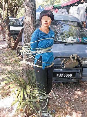 内地嫌疑女子遭民众绑在树上(图片来源:香港《东方日报》网站)