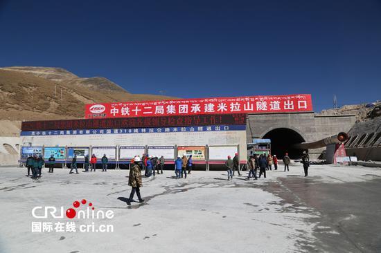 正在施工中的西藏米拉山隧道出口,米拉山隧道处于海拔4740米以上,建成后将成为世界上海拔最高的长大隧道(摄影:张亚东)