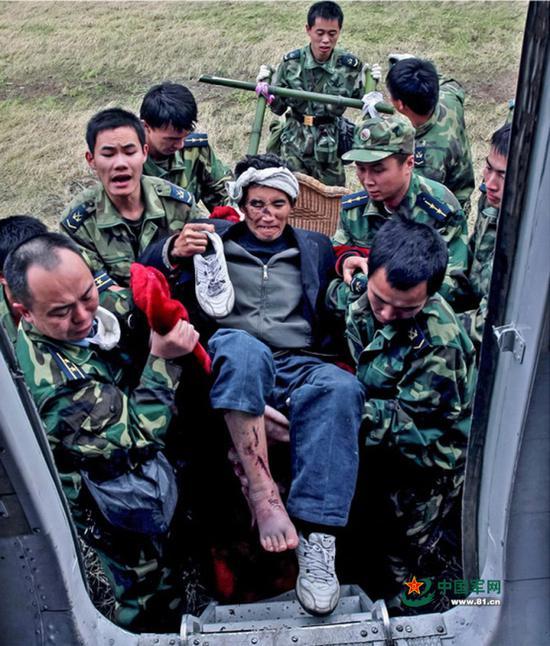 中国军人奋战在汶川(组照之一)。谭超摄影