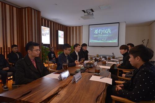 冯杨团队(左)都是在校大学生,最小还在读大三。摄影:宋延超 唐铭