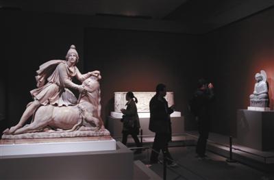3月1日,中国国家博物馆,嘉宾媒体在参观密特拉神像。新京报记者 浦峰 摄