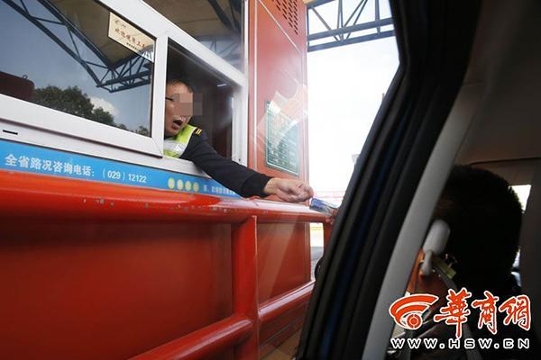 2017年3月1日,西安城北,西铜一级公路泾河收费站的工作人员正在收费。