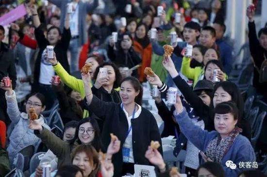 在韩国感受啤酒炸鸡的中国游客