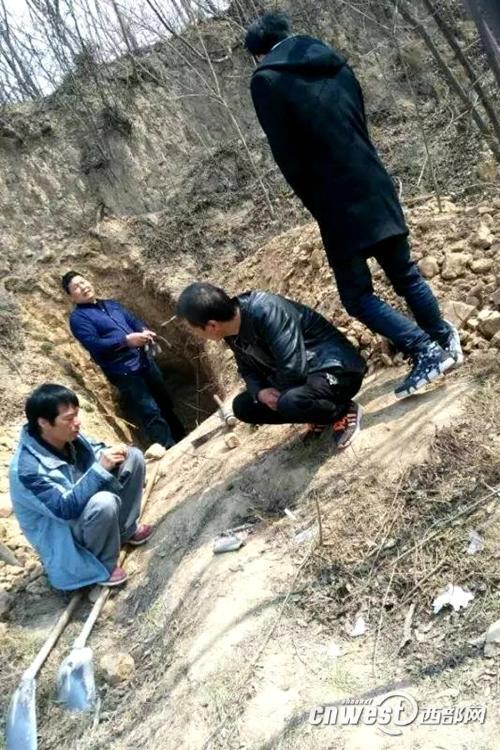 网友曝光附近村民在秦阿房宫前殿遗址下面挖土修墓